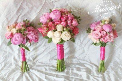 Różowe bukiety dla panny młodej i świadkowych