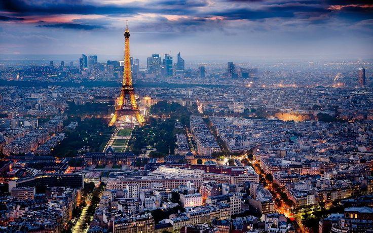 paris-vu-du-ciel-de-nuit  l'inventeur de l'éclairage au gaz, Philippe Lebon, développa son invention à Paris dans les années 1820. A partir de là, le magnifique éclairage de Paris, en particulier dans les passages commerçants, fascina toute l'Europe. Les Londoniens baptisèrent alors Paris City of Lights; la Ville Lumière.