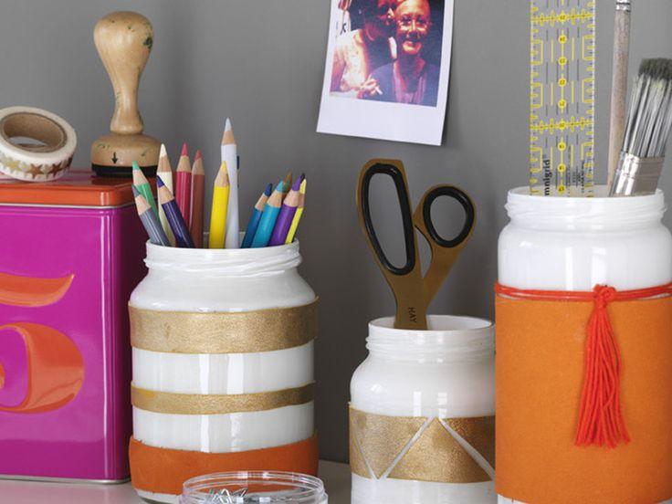 Dieses neue Dekostück schafft Platz auf dem Schreibtisch und sieht super aus: eine DIY-Stifte-Box aus mit Leder beklebten Schraubgläsern in 5 Schritten