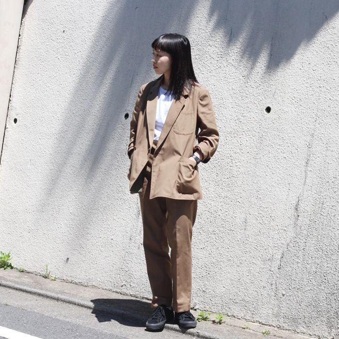 EFILEVOLのサブロゴである「 SSS 」 その名がつけられたSSSジャケットとSSSスラックスは女性にも是非セットアップで着てもらいたいアイテムです。 特にこのブラウンは女性でも着やすく、スーツスタイルが初挑戦の方にもおすすめ。 今日は、白T+スニーカーでカジュアルに着てみましたが、 このようにヒールと合わせても◎◎  シンプルすぎないよう、アクセをプラスすると雰囲気のあるコーディネートに。