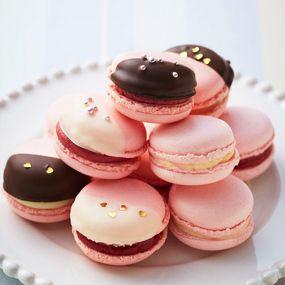 ピンクのマカロンに、甘酸っぱいイチゴのチョコレートをしのばせて。コーティングチョコレートとキラキラのアラザンや金箔でかわいくデコレーションしましょう!