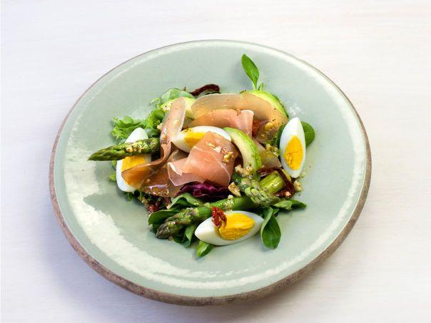 Lun salat med asparges, egg og serranoskinke  Meny