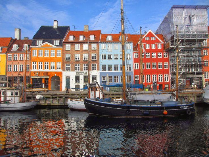 Nyhavn é o novo porto marítimo de Copenhaga e é também a imagem de marca desta magnífica cidade. Enquanto passeio por Nyhavn sinto-me a viajar. As casas coloridas fazem-me lembrar oCamiñito, emBuenos Aires, um antigo porto marítimo da capital argentina. As diferenças não são assim tantas. Apesar de Nyhavn ser um porto novo, a verdade …