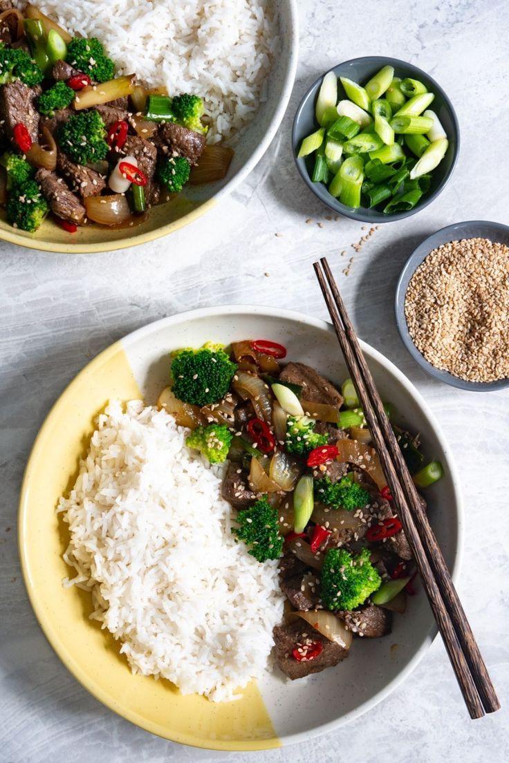 Asia Rindfleisch mit Zwiebeln, Gemüse und Reis – Fertig in unter 30 Minuten