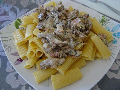 Μακαρόνια με κρεμώδεις σάλτσα μανιταριών με μπέικον και κρεμμύδι