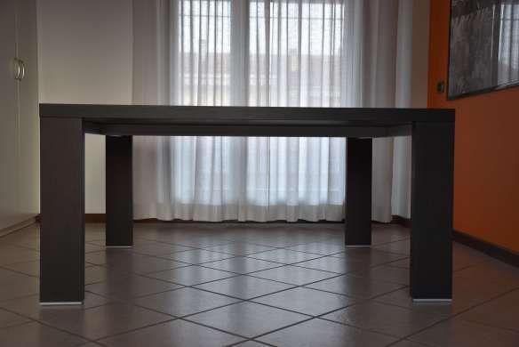 Mi chiamo Claudia e adoro il tavolo di CassinaM.I.R. disegnato da Hannes Wettstein, per la sua forma semplice e funzionale.