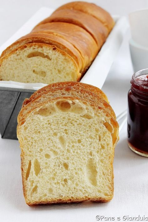 Il Pan brioche cosi come l'ho conosciuto in Francia, tanti anni fa, è un pane soffice che contiene molto burro, uova e latte, dal gusto vagamente dolc
