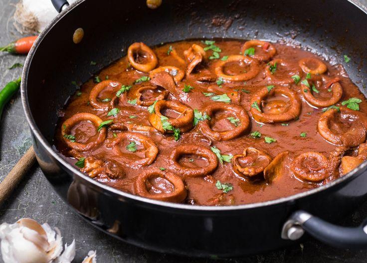 I calamari Fra Diavolo sono una presunta specialità italiana molto in voga all'estero. Piacevolmente piccanti e cotti in umido, la scarpetta è d'obbligo!