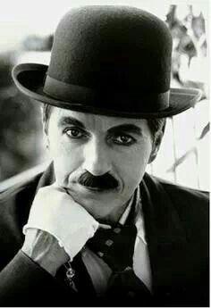 Charles Spencer Chaplin, foi um ator, diretor, produtor, humorista, empresário, escritor, comediante, dançarino, roteirista e músico britânico. Chaplin foi um dos atores da era do cinema mudo, notabilizado pelo uso de mímica e da comédia pastelão.