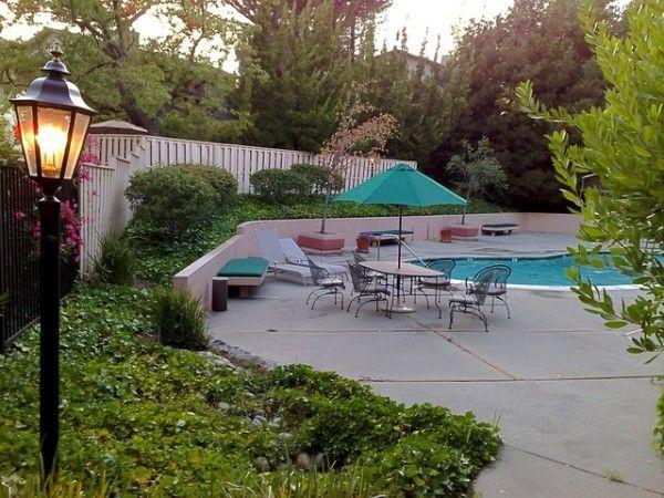 Acondicionar el espacio alrededor de la piscina