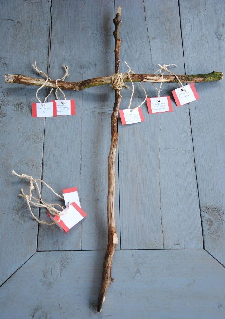 Graag deel ik met jullie hoe we als gezin toeleven naar Pasen. Hier kun je lezen over de de aftelkalender en vind je een cd tip met Paasliedjes. Dit jaar maakten we een kruis van takken. Heel erg l...