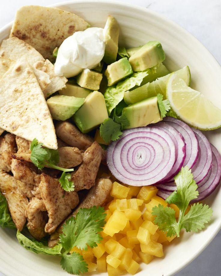 Kruidige reepjes kip, lekker veel groentjes, een friszure dressing én zelfgemaakte krokante tortillachips. Een lekker lichte Mexicaanse salade.