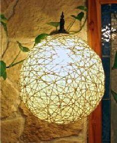 Lampenschirm DIY DEUTSCH  Was Sie benötigen: - Eine Lampenfassung - Einen Luftballon je nach Größe - Wollfaden oder saugfähige Schnur mittlerer Dicke - Schüssel mit Tapetenkleister