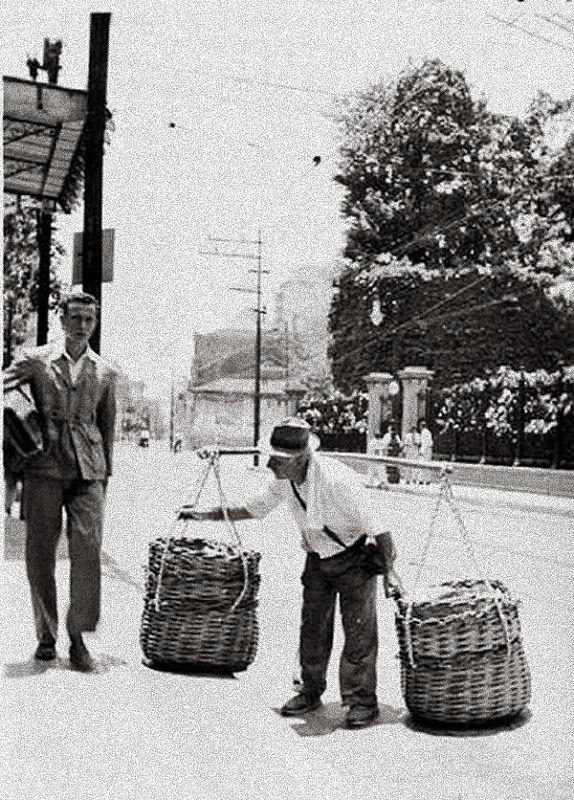 Rua São Clemente na altura da rua Real Grandeza ( a esquina está ao fundo). Na foto um transeunte passa pelo peixeiro e suas cestas de peixe. Anos 40