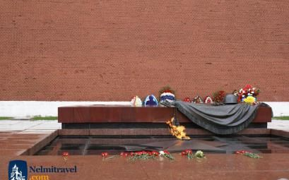 The Tomb of the Unknown Soldier is Moscow is an almost sacred place for Russians. Why is that? Read more below. #TombUnKnownSoldier #Moscow #Russia #travel #WW2 #tomb #Nelmitravel