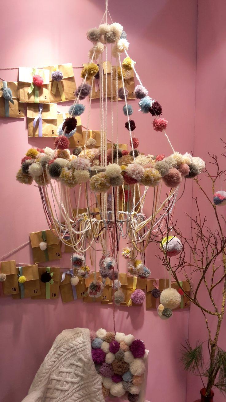 Faire des pompon de laine DIY avec notre pas à pas. 2 formes de pompons à faire ici : https://creapause.fr/blog/pas-a-pas-de-loisirs-creatifs/faire-pompon-de-laine-de-2-formes