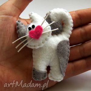 Kotek - broszka z filcu - ,filc,kot,serce,wąsy,broszka,modny,