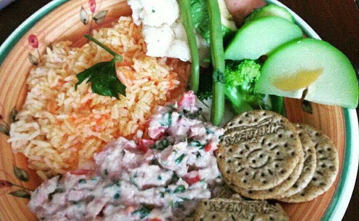 Ensalada de atún, verduras y arroooozz! Las verduras parte principal para un alimento balanceado.