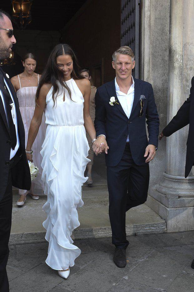 Ana Ivanovic + Bastian Schweinsteiger: Jetzt sind sie Mann und Frau: Ana und Basti verlassen das Standesamt in Venedig als Eheleute.