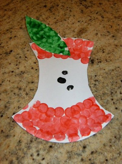 summer preshool Art Projects | Get the instructions for ––> Paper Plate Apple Core