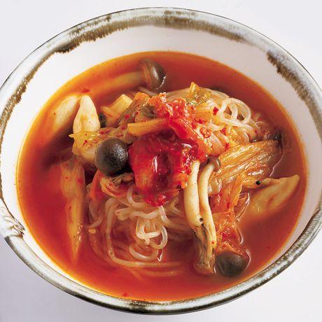 レタスクラブの簡単料理レシピ ヌードル感覚でしらたきを食べるスープ「しらたきキムチスープ」のレシピです。