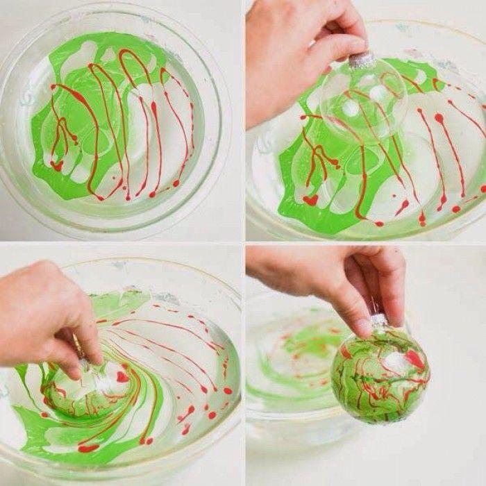 Nagellak in het water en niet met een ei, maar nu met een kerstbal erindopen. Ga het ook proberen.