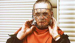 Anthony-Hopkins-essaie-des-masques-dans-le-silence-des-agneaux-5