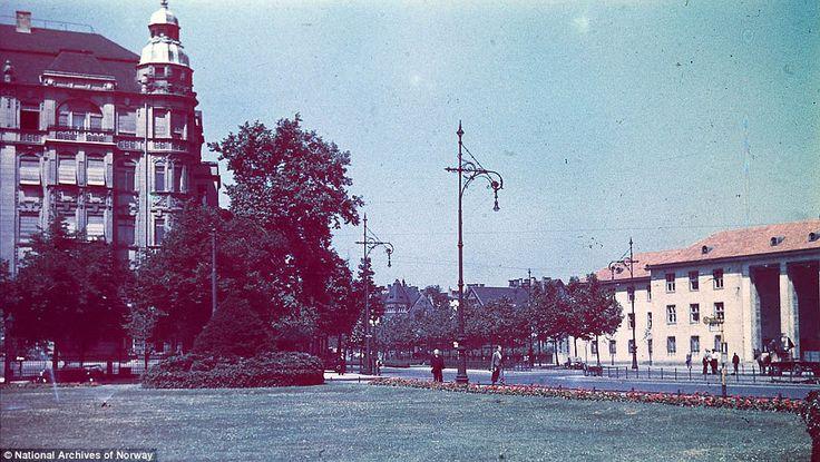 译言精选-阳光下的纳粹:柏林1937 不知名公园。1937年夏天的热浪使得喷水装置成为草地上必不可少的一道景观。