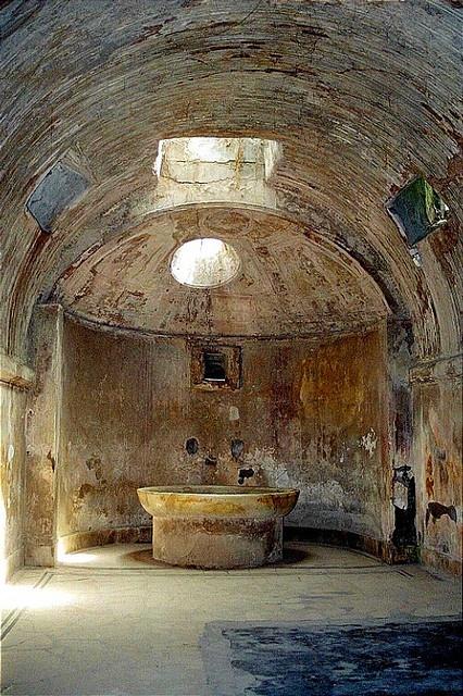 Frigidarium de las termas del foro de  Pompeya.