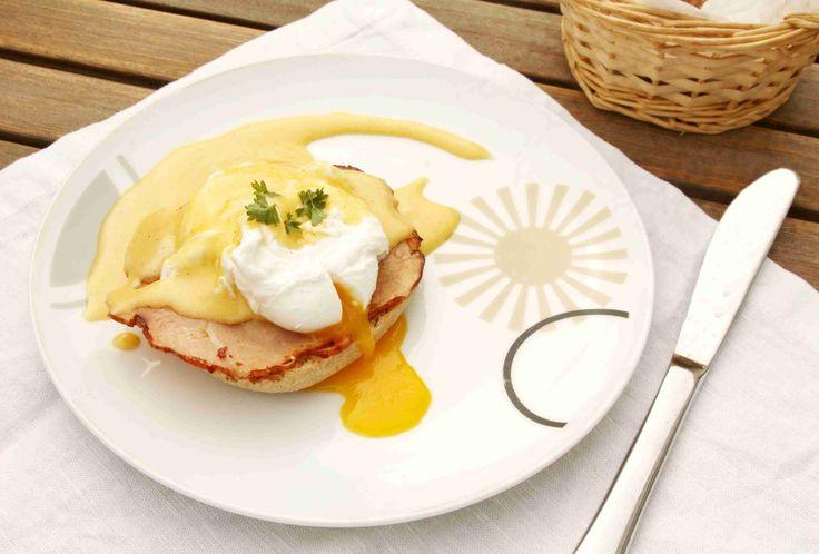 Vejce Benedikt: klasická americká snídaně složená z anglického muffinu, opečené šunky, pošírovaného vejce a holandské omáčky // Ochutnejte svět - blog mezinárodní kuchyně