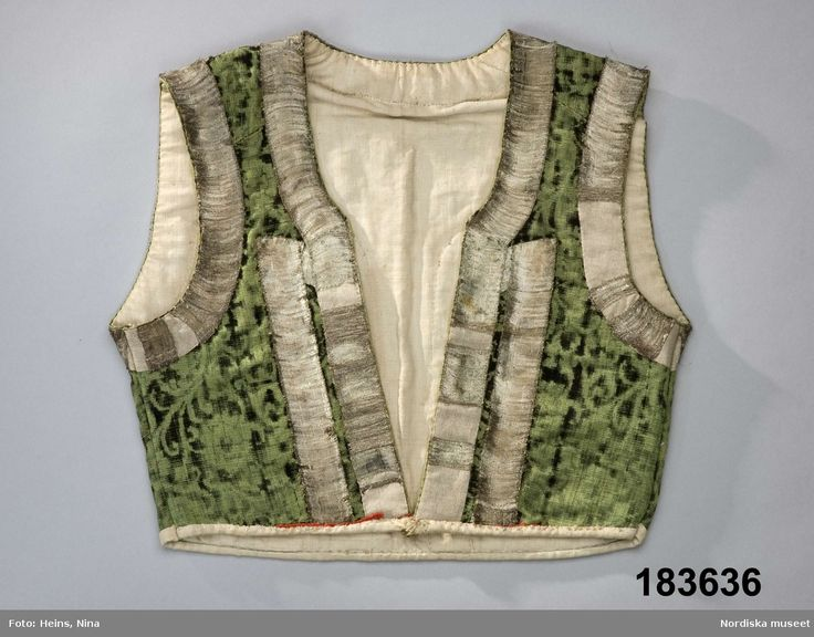 SE Östra Göinge. Livstycke som suttit ihop med kjol. Av mönstrad silkesammet.