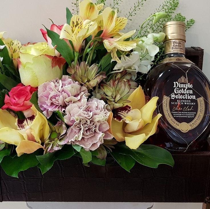 Ομορφο δωρο με λουλουδια και ουσκι για δωρο. #flowers #αποστολη_λουλούδια Ανθοπωλεία #anthemionflowers #online_flowers #λουλούδια