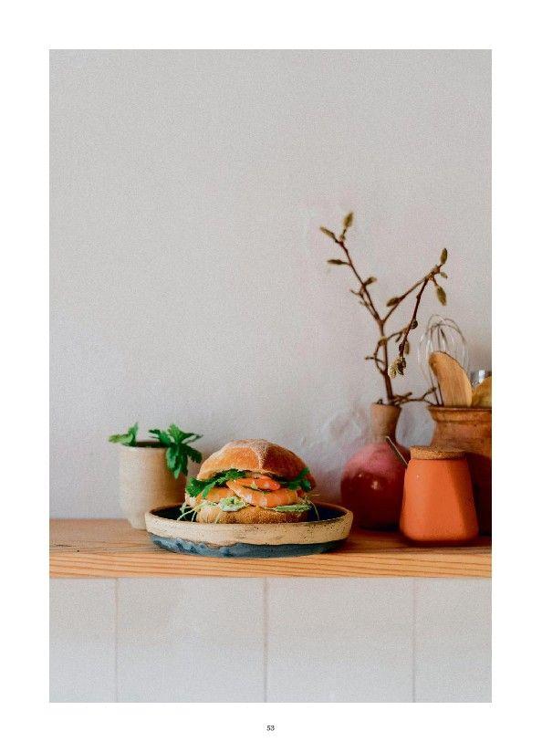 Pistolet met roze garnalen, mayonaise met gember, limoen en koriander  Ingrediënten (voor 4 pistolets)  16 grote verse roze garnalen  1 kleine krop ijsbergsla  1 bussel koriander  Een stukje gemberwortel  1 biolimoen (sap en zeste)  250 ml zonnebloemolie  1 eierdooier  1 tl zachte mosterd  Peper en zout  Bereiding  1. Maak eerst de mayonaise. Klop de eierdooier los met het limoensap, de mosterd, peper en zout, voeg de olie in een dunne straal toe.  2. Voeg een flinke soeplepel versgeraspte…