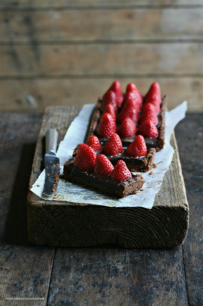 Crostata al cacao con fragole e ganache di cioccolato al latte conlemaninpasta.com