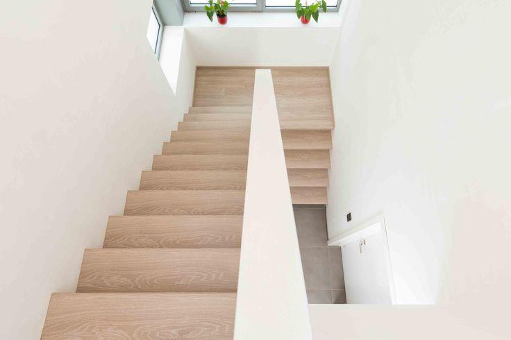 Bovenaanzicht trap in NEWstairs kleur Oak Fin. Prachtige renovatie die ook verwerkt is op het bordes. Dit kan nog uitgebreid worden met het leggen van vloeren in dezelfde kleur! #Oak Fin #Traprenovatie #Uitgebreide mogelijkheden