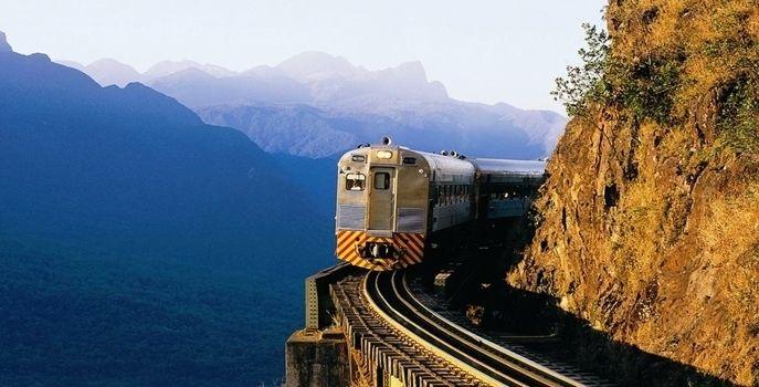 Viajar de trem é fazer uma aventura e ter a oportunidade de conhecer lugares que levam a regiões diferentes do Brasil, onde há cachoeiras, montanhas, rochas, campos etc., tudo isso com muito conforto. Confira aqui dez trajetos de trem para fazer um passeio incrível no meio da natureza: