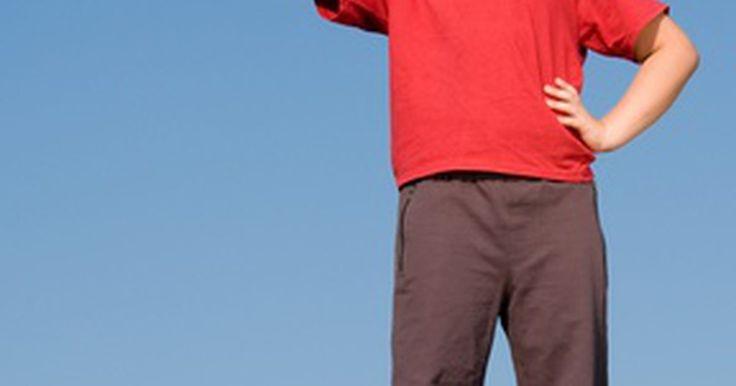 Reglas del voleibol para niños . Los niños juegan voleibol en el gimnasio de la escuela, en el jardín y en la playa. El juego del voleibol ha existido por alrededor de 100 años después de que un hombre llamado William G. Morgan combinó tres diferentes juegos; tenis, béisbol y baloncesto para crear en nuevo juego, voleibol. Dos equipos de seis jugadores bolean con una pelota de ...