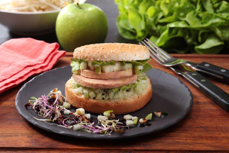 Le Burger au Foie Gras, jeunes pousses et pomme Grany Smith #foiegras #recettes http://tinyurl.com/pwmn586