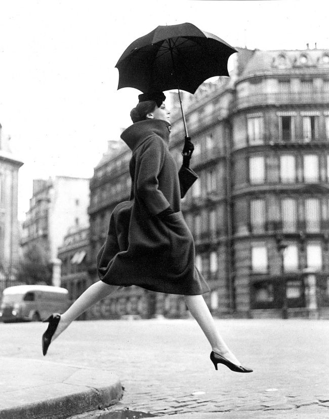Ричард Аведон: фотограф-легенда. Оммаж Мункачи, (Кармен, пальто от Кардена). Париж, Площадь Франсуа-Премьер