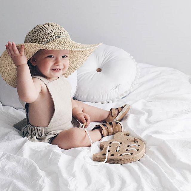 Look at this stylish little baby girl! She is playing with our wooden lacing elephant while developing her fine motor skills!  --- Kijk dit stylish meisje lief spelen met ons houten speelgoed olifant om mee te rijgen! Tegelijk goed voor de motorische vaardigheden. Yay!