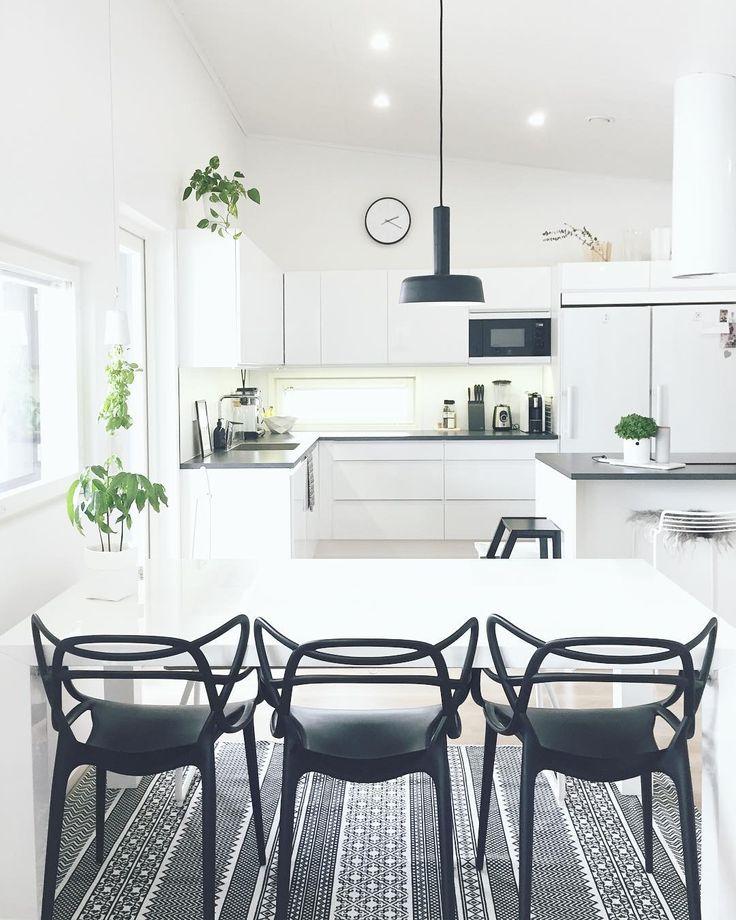 Keittiön ja ruokailutilan mustavalkoinen tyyli