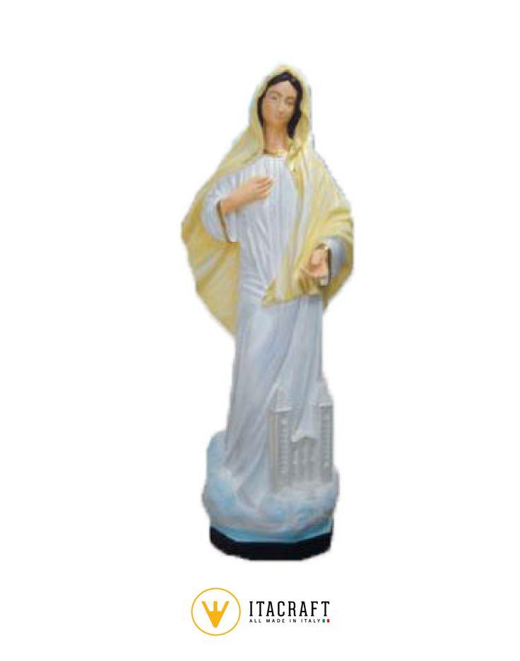 Statua da giardino raffigurante la Madonna di Medjugorje, realizzata in cemento bianco, lavorata e dipinta completamente a mano da artisti artigiani. La statua sacra è un prodotto artigianale lavorata con materiali Made in Italy.