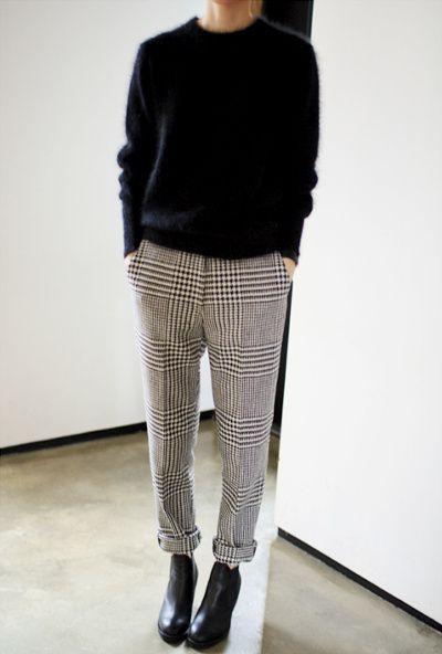Pull mousseux bleu marine + pantalon à carreaux roulotté sur la cheville + ankle boots = le bon mix