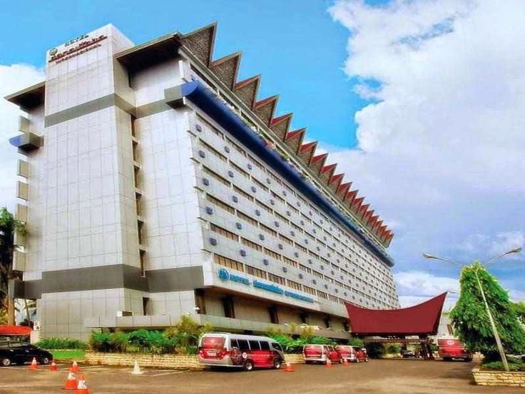 Danau Toba Internasional Hotel  Jl. Pulau Samosir No. 17 Parapat.Telepon : (0625) 41583, 31725