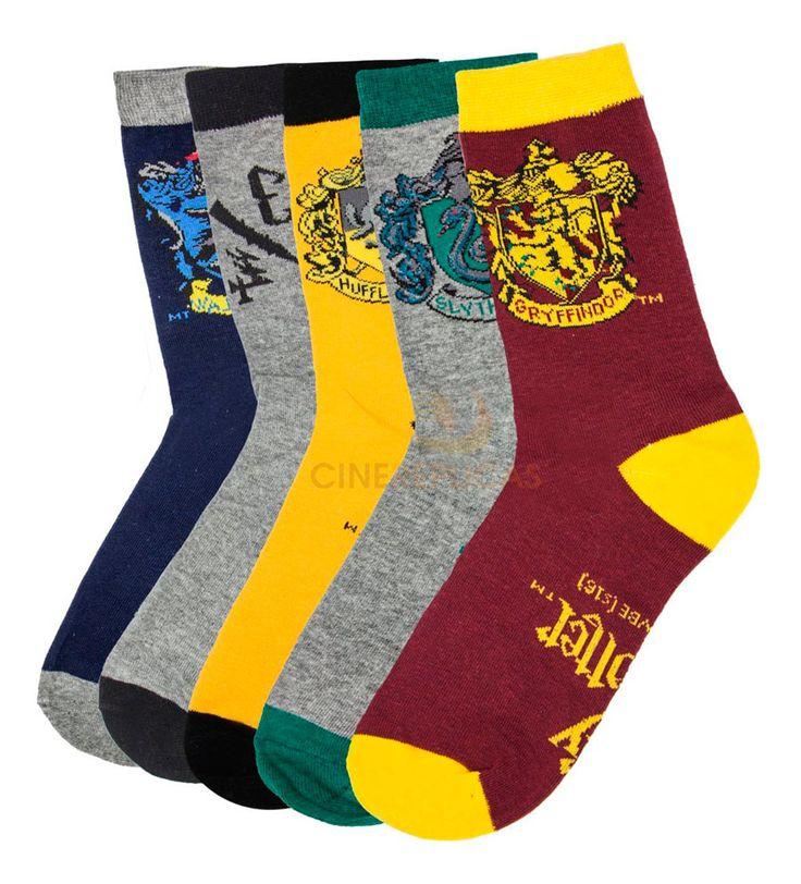 Pack 5 pares calcetines logos casas Hogwarts. Harry Potter  Estupendo pack compuesto por hasta 5 pares de calcetines con vivos y alegres colores de los logos de las casas del colegio de Magia y Hechicería de Hogwarts, pertenecientes a la exitosa saga de Harry Potter. Con vistosos colores tendrás uno para cada día de la semana. Son perfectos como regalo para cualquier fan.
