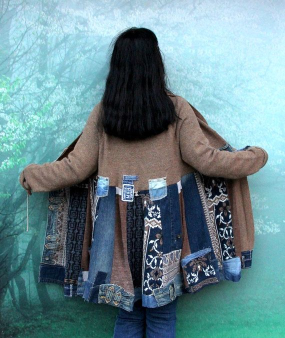 Unieke denim trui fantasie gerecycleerd vacht. Gemaakt van gerecycled truien en denim jeans. Remade, hergebruik, upcycled. Hippie boho folk stijl. Mooi, warm en zacht in aanraking. Een beetje uitrekken. Handig en comfortabel. In de voorzijde open. Een van een soort. Maat: L-XL (Europa 40-42) Buste lijn max 46 inch (117 cm) Heupen gratis! Lengte ongeveer 36 inch (92 cm) Handly wassen in koud water en droog flat (stukken van zuivere wol).