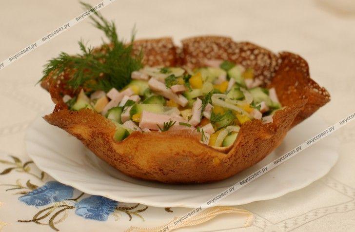 Если Вы хотите подать обычные блюда как-то по новому, порадовать и удивить своих родных, близких, гостей, то блинная корзиночка Вам в этом поможет.  В ней можно подавать любые холодные закуски, лёгкие салаты.  В этом рецепте предлагаю подачу корзиночки с салатом из ветчины и овощей.