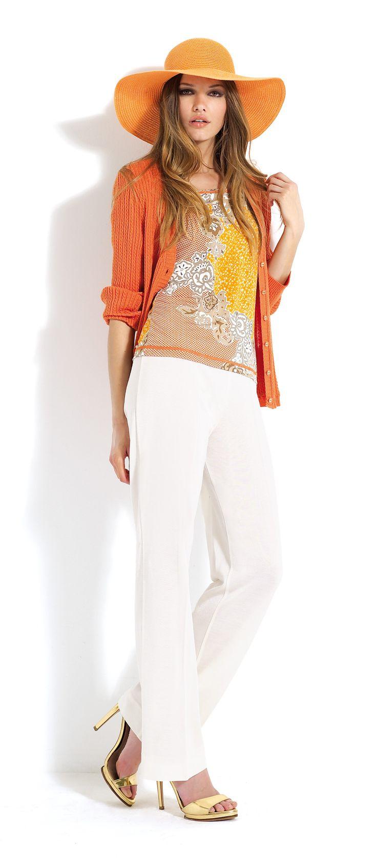 Pantalón blanco con blusa estampada y rebeca naranja a juego.   #trousers #white #orange #cardigan