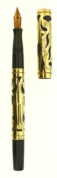 WATERMAN Stylo plume des années vingt. Ebonite noire avec un habillage or 14 carats décor filigree. Plume or n° 2 moyenne et souple, remplissage levier (poche à changer). Modèle sans clip. Le levier est