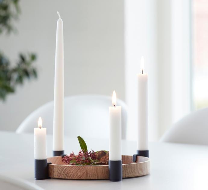 Ringförmige Kerzenhalter stehen in Skandinavien traditionell zu Weihnachten auf dem Tisch – aber nicht nur dann. Auch im Frühjahr, Sommer oder Herbst lässt sich der Leuchtenkranz von Applicata immer wieder neu dekorieren. Preis: ab 85 Euro.  Jetzt im SCHÖNER WOHNEN-Shop bestellen